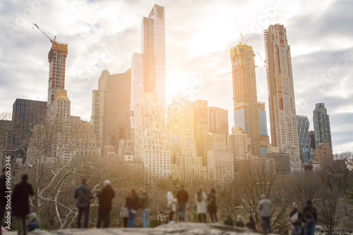 Foto op Aluminium New York People watching sunset behind New York City skyline