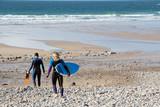 Surfeuse et bodyboarder allant à l'eau à la Baie des Trépassés  - 196057319