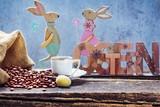Osterfrühstück, frischer Kaffee, Osterei und Osterhasen