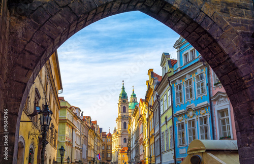 In de dag Praag beautiful architecture in old part of Prague - Mala Strana, Czech republic