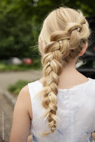 blondes Mädchen mit Zopf