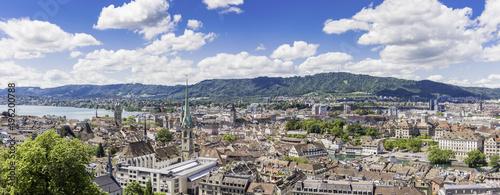 Staande foto Panoramafoto s Historic Zurich center with famous Grossmünster Church, Limmat river and Zürichsee, Switzerland. Historisches Zentrum von Zürich mit der berühmten Grossmünsterkirche, Limmat, Zürichsee, Schweiz.