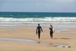 Surfeuse et bodyboarder allant à l'eau à la Baie des Trépassés