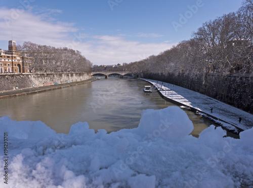 Poster Rome Der Fluss Tiber in Rom Italien an einem sonnigen Wintertag