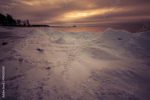 Aluminium Strand snowy coast at sunset