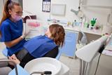 odontoiatra spiega le cure dentali alla paziente - 196268797