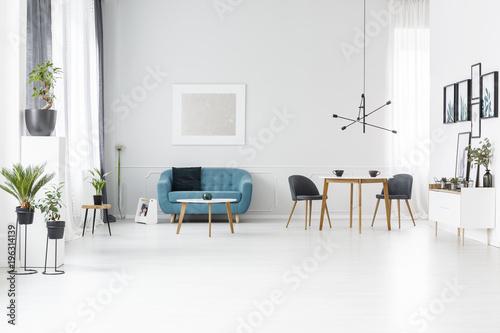 Niebieskie i białe przestronne wnętrze