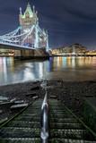 Stufen führen zum Ufer an der Themse mit Sicht auf die Tower Bridge in London am Abend - 196336118