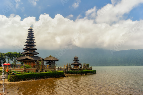Foto op Plexiglas Bedehuis Ulun Danu Bratan water temple in Bali built in traditional architectonic style and Bratan lake, Indonesia