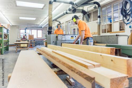 Die Tischler haben viel Arbeit mit dem Holz in der Schreinerei  - 196339519
