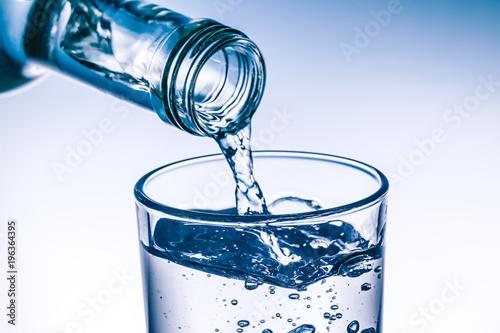 Szkło jest wypełnione świeżą wodą