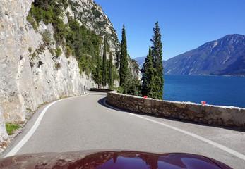 Cabrio fahren am Gardasee in Italien - mit dem Auto auf der Landstraße Kurven fahren