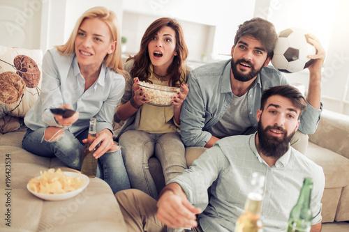 Aluminium Voetbal Friends having fun at home