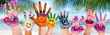 Hände spielender Kinder am Strand  - 196472723
