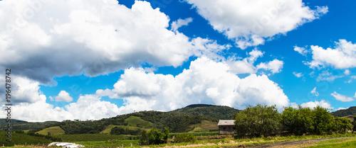 Fotobehang Landschappen Paisagem rural e céu azul com nuvens.