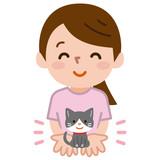 子猫を手に乗せる女性