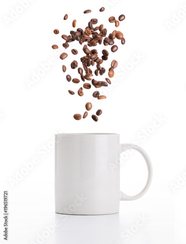 Tuinposter Koffiebonen Tazza con chicchi di caffè volanti