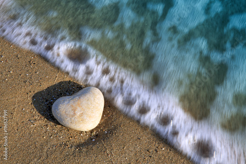 Aluminium Zen Stenen Stone heart on the beach in the waves.