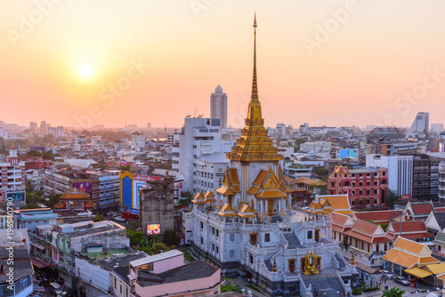 Staande foto Bangkok High view of Wat Traimitr Withayaram in sunset time