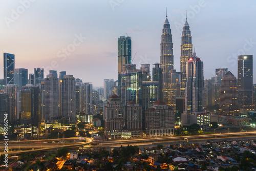 In de dag Kuala Lumpur Kuala Lumpur skyline and skyscraper with highway road at night in Kuala Lumpur, Malaysia. Asia.