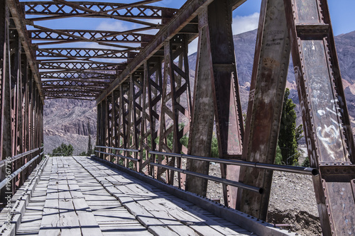 mata magnetyczna Perspective metal bridge into the mountains