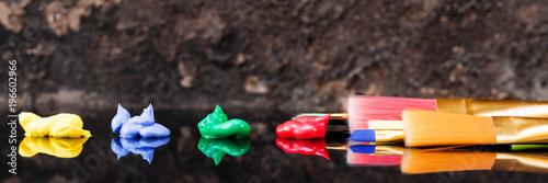 Acryl Farbe und Pinsel, Spiegelung