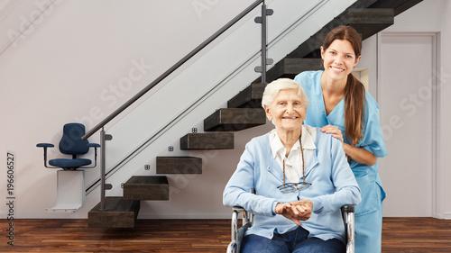 Seniorin und Krankenschwester im Haus mit Treppenlift - 196606527