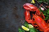 Cały czerwony homar ze świeżą pietruszką, plasterkami cytryny, czosnku, soli i fasoli pieprzowej. Ogólny widok z dużą ilością miejsca na tekst