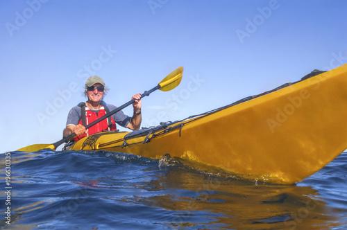 gutgelaunt auf dem Meer mit dem Seekajak unterwegs