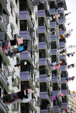 Wohnhochhaus, Wäsche hängt zum Trocknen aus dem Fenster - 196661103