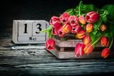 Tulpen in Holzkiste zum Muttertag