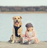 Vertrauen - Kind und Hund am See - 196748526