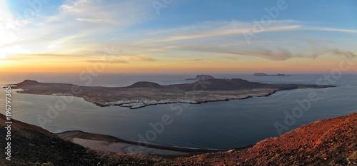 Fotobehang Canarische Eilanden View of La Graciosa from Lanzarote at dusk