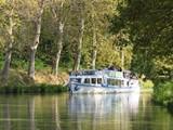 Tourisme fluvial en péniche sur le Canal du Midi (France) - 196863938