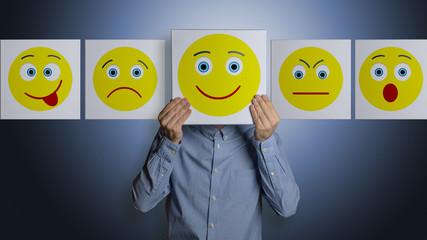 Mann mit verschiedenen Smiley Gesichtern