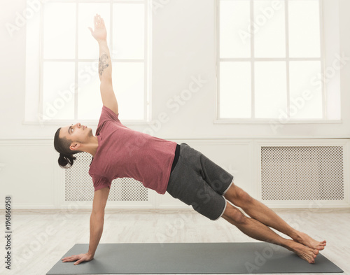 Poster Fitness man plank training indoors