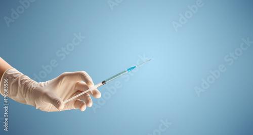Kobieta lekarz trzymając strzykawkę