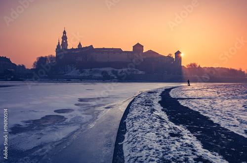 Papiers peints Cracovie Krakow, Poland, Wawel Castle and Wawel cathedral in the winter over frozen Vistula river, sunrise