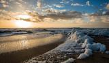 Écume de mer sur la plage au coucher du soleil
