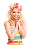 attraktive lächelnde Frau mit Tulpenhaarschmuck
