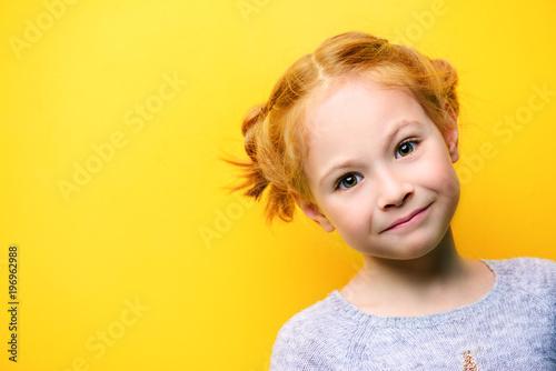 portret uroczej dziewczynki
