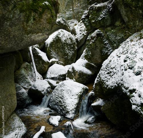 Foto op Plexiglas Zwart winterliches Felsentor in der Wolfsschlucht