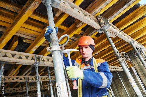 Konstruktor instaluje lub demontuje wspornik słupowy do betonowych szalunków monolitycznych w budownictwie mieszkaniowym