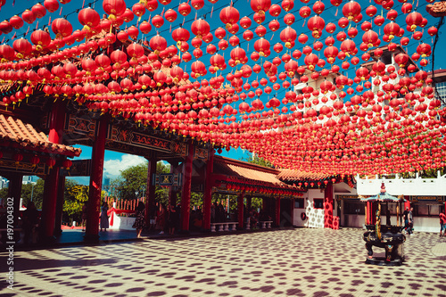 In de dag Kuala Lumpur Ornate Thean Hou temple. Kuala Lumpur attraction. Travel to Malaysia. Religious background. Tourist destination. City tour. Place of worship. Architecture concept. Chinese red lanterns decoration