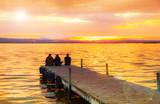 grupo de gente mirando la puesta de sol - 197006535