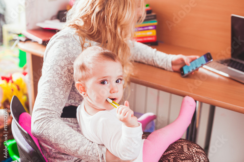 Freelance worked mom with baby - 197012978