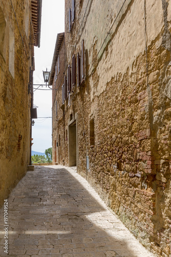 Poster Smal steegje Narrow alley in a small Italian village in the country