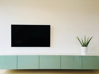 Tv über Lowboard im Wohnzimmer