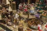 Chocolats et friandise dans une vitrine à Noël - 197153111