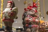 Chocolats et friandise dans une vitrine à Noël - 197153178
